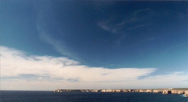 Die Meeresbuch vorm Fortaleza de Sagres - Auf dem Kap links: Der Leuchtturm von Cabo de São Vincente