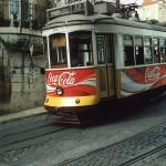 Lisboa II - Linie 12 - durch enge Gassen und teilweise mit weniger als 1 m an der Hauswand vorbei